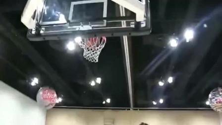 """篮球:美国最牛白人赛前""""扣篮"""",这弹跳成功秀到我了"""