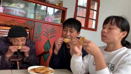 农村媳妇做糯米粑粑,又香又糯又甜,祖孙三人吃得真过瘾