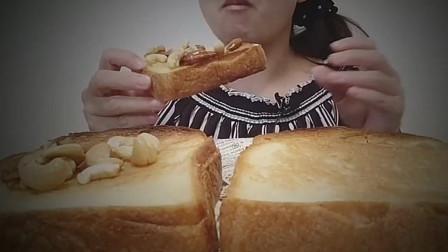 小姐姐吃烤酥脆厚片法式白吐司配坚果枫糖浆!声音优秀啊!