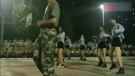 大一小姐姐们军训操场跳舞直接把教官逼出群魔乱舞的步伐啊