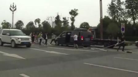 男子驾车时突发脑部眩晕 车辆失控撞飞30米隔离护栏