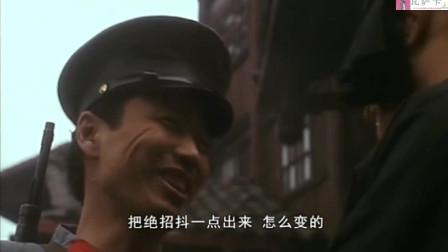 变脸王街头卖艺,遭士兵捉弄,显露出真本事后,让士兵折服。