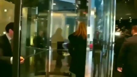 美国第一女儿伊万卡·特朗普一下车与等候的人拥抱行贴面礼