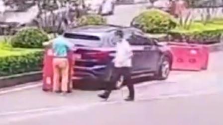 男子为逃避违停处罚 用水马遮挡号牌被监控拍下