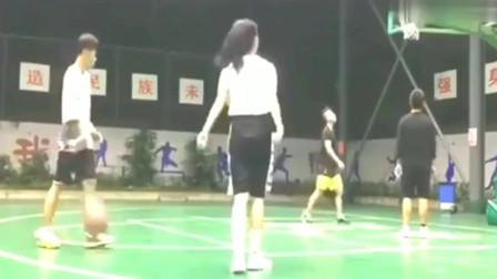 头一次见女生用后撤步投篮,动作流畅到位,篮球女神无疑了