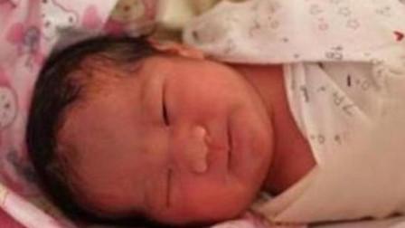 新生宝宝出生7天迟迟不睁眼,父母着急送医,医生看后却笑出了声