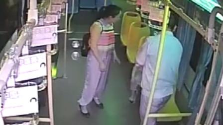 4岁男孩贪玩独自上了公交车 好心司机帮忙寻父母