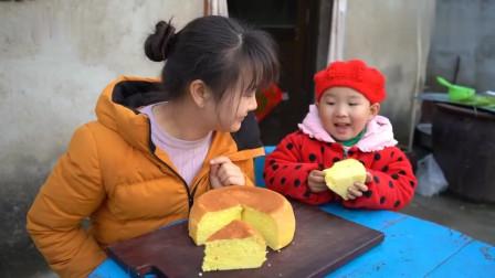 农村姑娘用电饭煲做了一个手工蛋糕,香甜松软,蛋香扑鼻,超级解馋