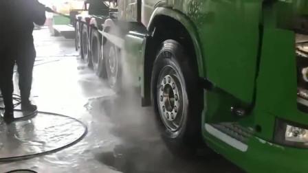 厉害了,真有人开半挂车去洗车店,这洗一次得多少钱?