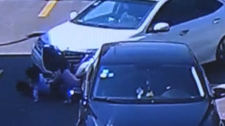 5名小孩路中间玩滑板 被小车撞倒卷入车底险遭碾压