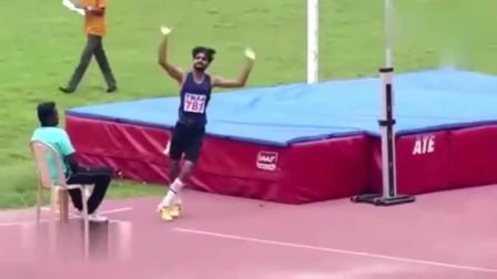 印度男子跳高,看一次笑一次,感觉像个疯子!