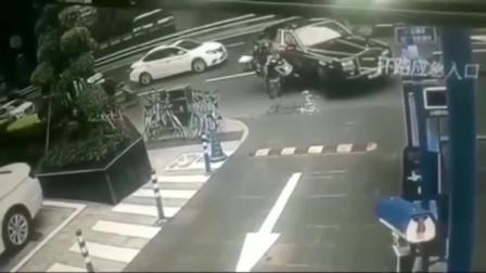 监控:外卖小哥神操作,转弯路口直接撞上劳斯莱斯,这也太衰了!