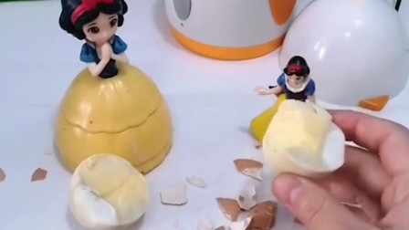 小白雪只吃蛋清不吃蛋黄,因为蛋黄吃的有些噎人,白雪妈妈想了一个办法!