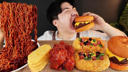 """韩国ASMR吃播:""""火鸡炸酱面+调味炸鸡+芝士饼+芝士牛肉汉堡"""",听这咀嚼音,吃货小哥吃得真馋人"""