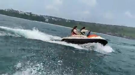 女司机到水里也照样爱撒欢儿这是要用摩托艇放飞自我