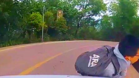 男孩背着书包刚下客车正横过道路 下一秒就被撞翻在地