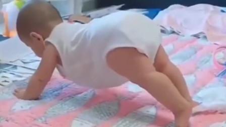 宝宝刚开始学爬行,下一秒宝宝的动作,把爸妈都给看懵了
