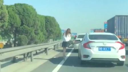 这是什么操作?高速路堵车来了,小姐姐竟练习起压腿了!