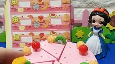 白雪要给王后做个生日蛋糕,这个蛋糕上面有水果、小兔子,白雪做的很用心
