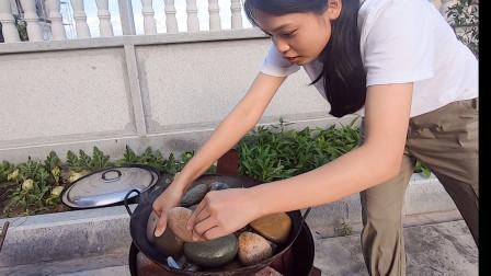 """小靖请邻居吃""""石头宴"""",30斤石头一锅焖,三个人猛吃过瘾"""