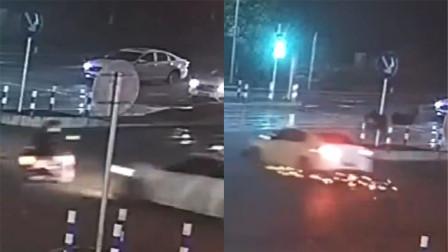 摩托车闯红灯与小车垂直相撞 驾驶员身体腾空旋转后重摔在地
