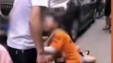 """""""男孩跪求叔叔不要打妈妈""""后续:妈妈愿意和解,主要考虑孩子会受影响,称以后将注意自己的言行。"""