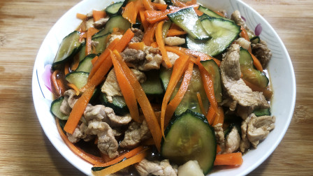猪肉炒青瓜加胡萝卜这样炒很香,这样炒出来的菜全家人都喜欢吃, 一道下饭菜,做法简单,一星期都做几次来吃的。