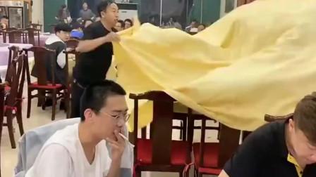 江西饭店小伙一手铺桌子的操作厉害了,引得客人频频观看,高手在民间