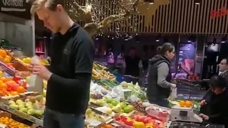 美国的菜市场自己都不动手拿,全部是店员拿,和我们中国还是有很大区别!