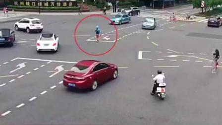 """这位""""#后浪""""真帅!信号灯突然失灵,97年#外卖小哥 在路吹哨子。#杭州 #信号灯故障外卖小哥疏导交通"""