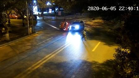 三轮车路口处匆忙左转 被直行轿车瞬间撞翻在地