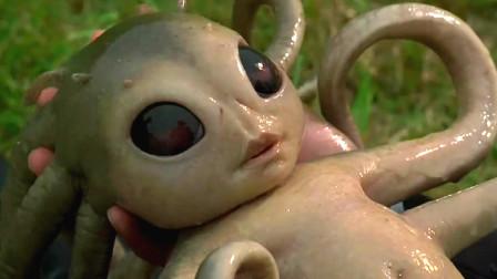 孕妇街边生子,男子紧急接生发现产妇是个外星人,生出了怪物小婴儿,速看搞笑奇幻电影