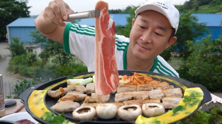"""韩国农村大叔的一顿饭:""""烤五花肉+烤蘑菇+鸡蛋卷+生菜+青辣椒"""",听这咀嚼音,吃得真馋人"""