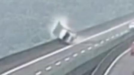 货车高速上爆胎险坠桥 车内行车记录仪曝光