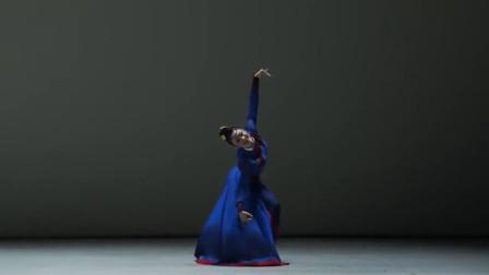 中国女孩参加韩国舞蹈比赛,表演蒙古族舞,像草原上的仙鹤!