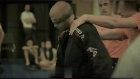 世界上最为致命的综合格斗术!以色列格斗大师蒙上眼照样单挑一群人!