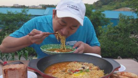 韩国吃货大叔的一顿饭:方便面+午餐肉,配泡菜,吃得美滋滋