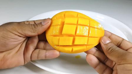 芒果别用手剥皮了,教你2种芒果新切法,吃起来跟撸串一样过瘾!