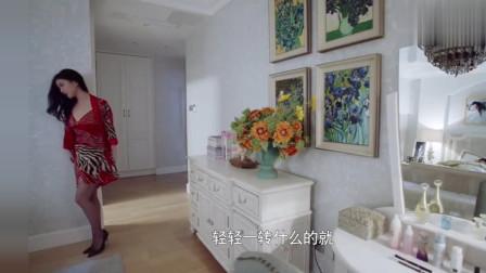 朱珠穿着黑色的丝袜和红色的短裙,确实是风情万种