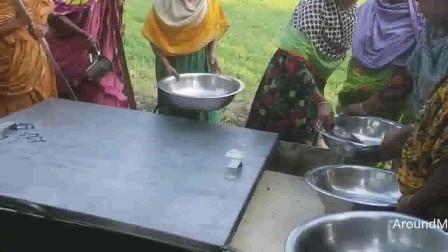 外国乡村妇女准备的100包粉丝、100升牛奶和80公斤糖混合甜点,啥