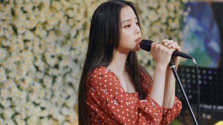 欧阳娜娜开音乐会迎20岁生日 抱吉他自弹自唱才气满满