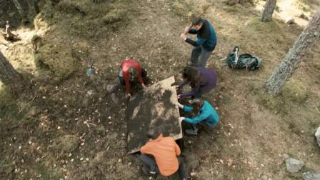 5人野外登山,却听到地下有怪声,挖开后身边同伴却一个个死去