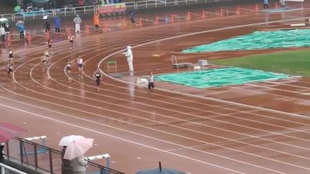 日本小学女生4×100米接力,下着雨比赛,真是冒着风险在跑啊