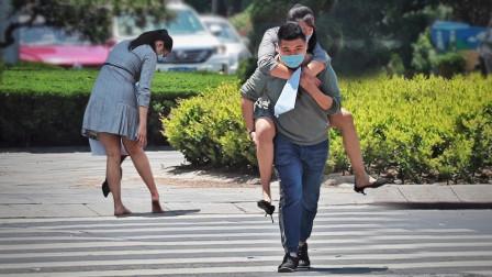 女孩提着高跟鞋赤脚走在路上,得知原因后,路人纷纷将她背起