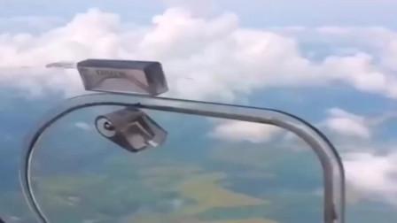 在飞机上把窗打开,原来是这个感觉,吸力太强了