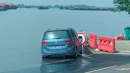 涨潮了车主不在,渡口的好心人给他绑了条绳子,下次看好位置再停车!