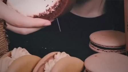 美女吃黑森林蛋糕卷和马卡龙甜品,这解压咀嚼音,太美味了