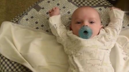 妈妈解开宝宝的包被后,宝宝下一秒的反应,让妈妈彻底萌化了