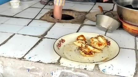 察布查尔县特色美食蓝房子烤包子,老板拿包子的速度要是慢了会怎样?