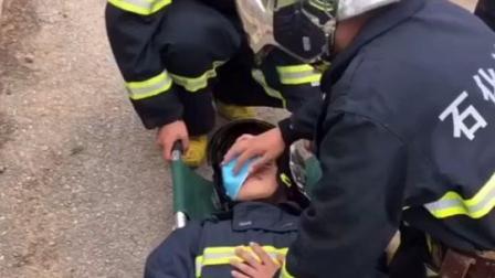 """消防员训练翻车现场:蓝朋友练习人工呼吸,看一眼""""伤员""""瞬间笑喷。@大连石化XiaoFang"""